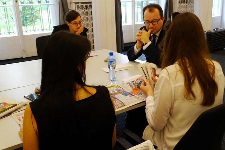 zdjęcie: dwie kobiety przeglądają gazety, na przeciw siedzi kobieta i mężczyzna, którzy słuchają ich propozycji