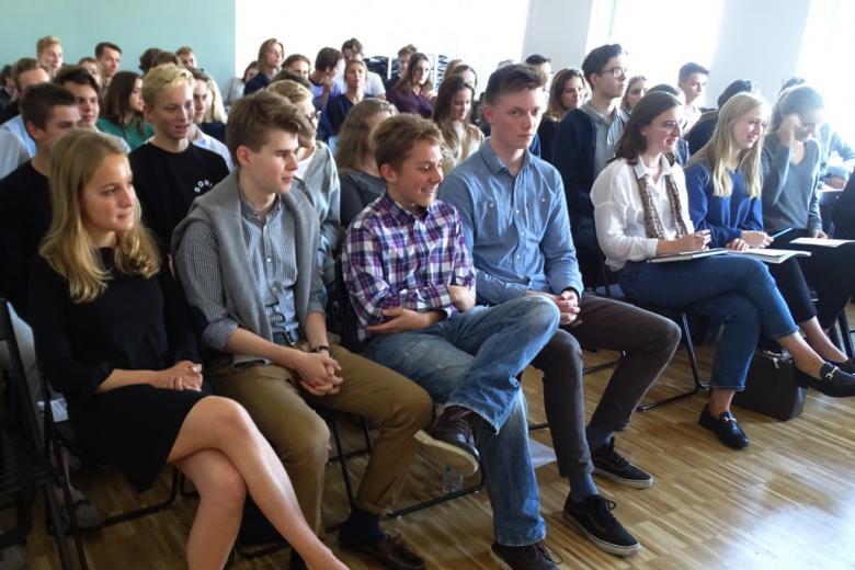 zdjęcie: kilkanaście młodych osó siedzi na sali