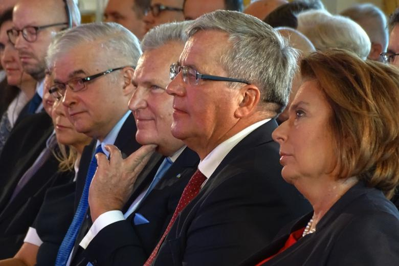 zdjęcie: kilka osób siedzi na sali