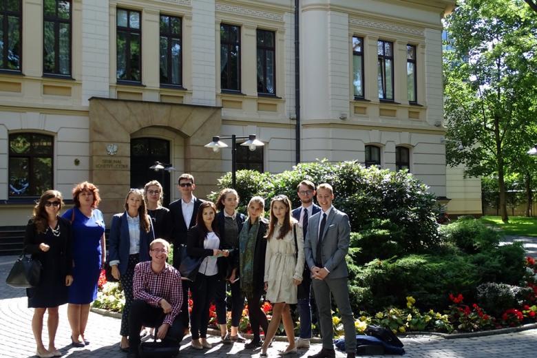 zdjęcie: grupa młodych osób stoi przed budynkiem Trybunału Konstytucyjnego