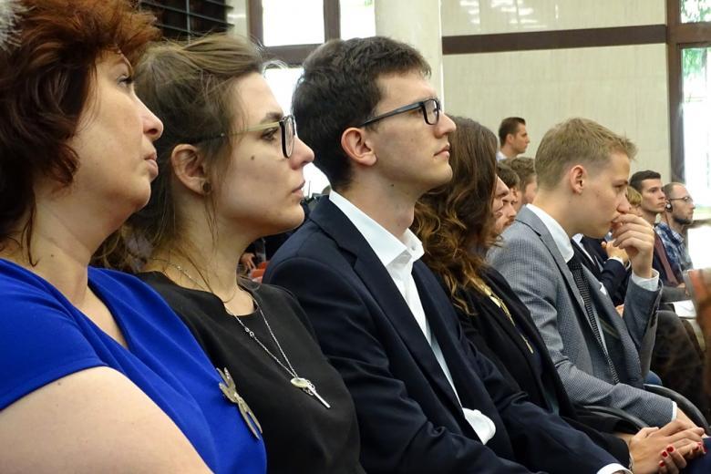 zdjęcie: w ujęciu popiersiowym pokazano kilka siedzących osób