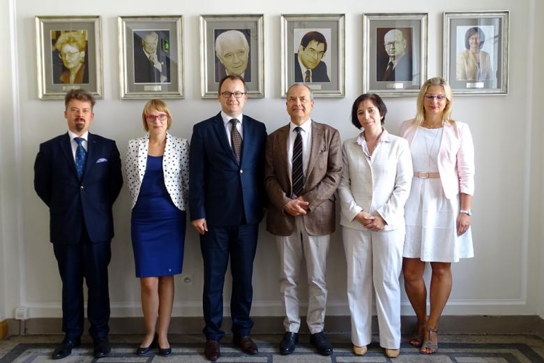 zdjęcie: trzy kobiety i trzech mężczyzn stoi, za nimi wiszą portrety błych rzeczników