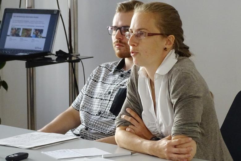 zdjęcie: mężczyzna i kobieta siedzą za stołem
