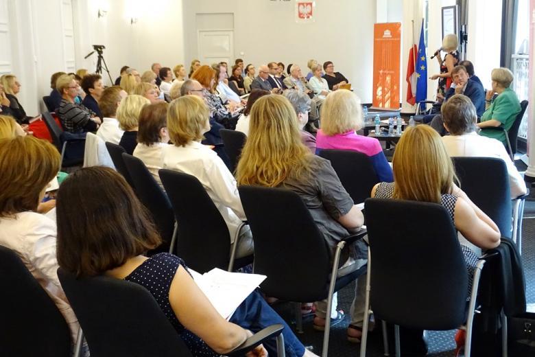 zdjęcie: widać siedzących tyłe uczestników konferencji