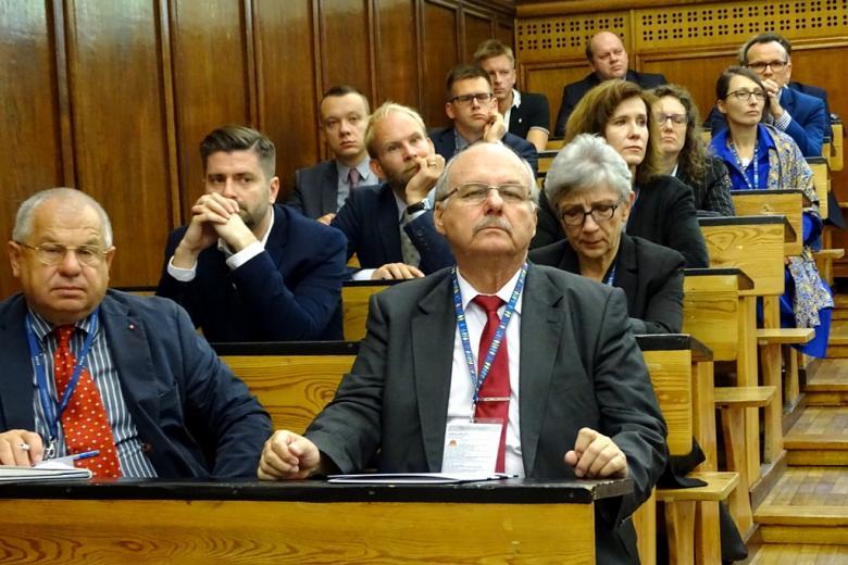 zdjęcie kilkanaście osób siedzi w rzętdach na auli wykładowej