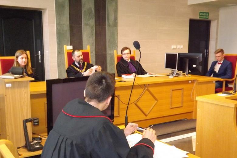 zdjęcie: młodzi ludzie w togach sędziowskich