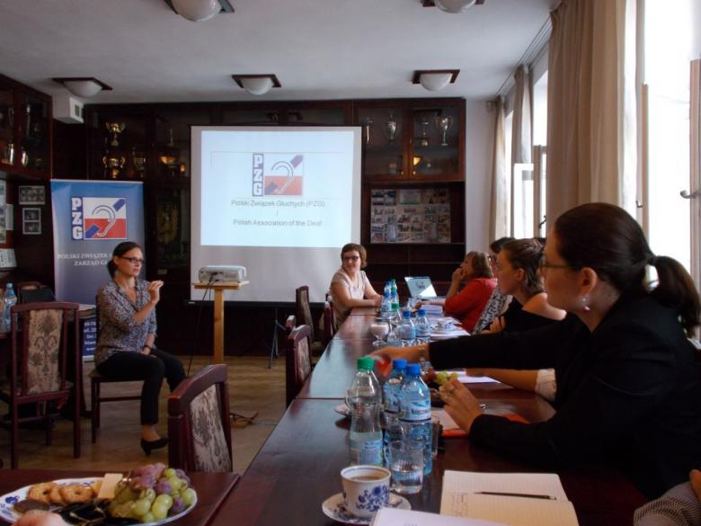 Na zdjęciu uczestnicy seminarium podczas wizyty w siedzibie Polskiego Związku Głuchych