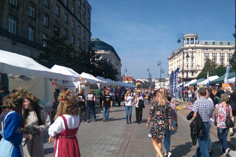 zdjęcie: po obu stronach ulicy są rozstawione namioty, pomiędzy nimi chodzą ludzie