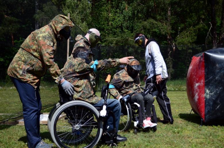 Zdjęcie: zawodnicy na wózkach w ochronnych strojach