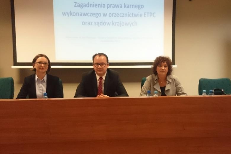 zdjęcie: za stołem prezydialnym siedzi mężczyzna i dwie kobiety