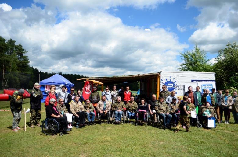Zdjęcie grupowe przed namiotem