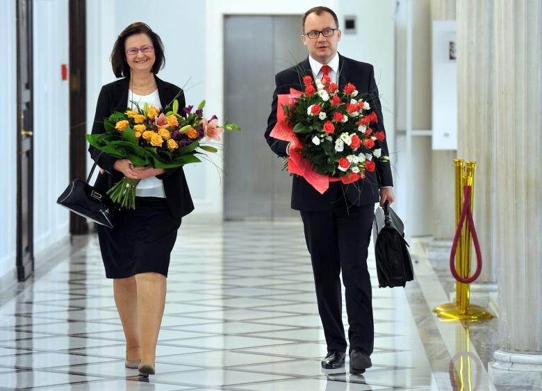 Na zdjęciu prof. Irena Lipowicz i dr Adam Bodnar idą korytarzem sejmowym