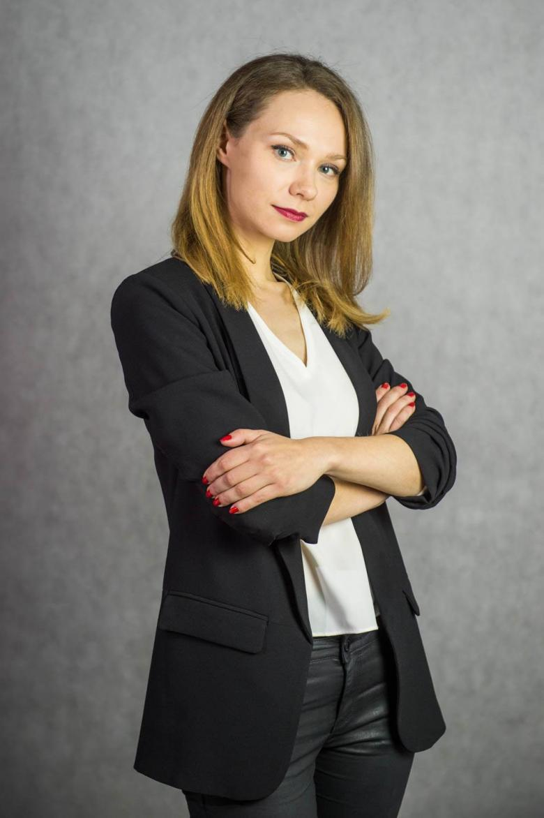 Kobieta w białej bluzce i ciemnej marynarce