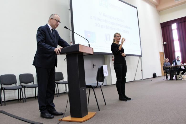 Osoba przemawia podczas kongresu osób z niepełnosprawnościami