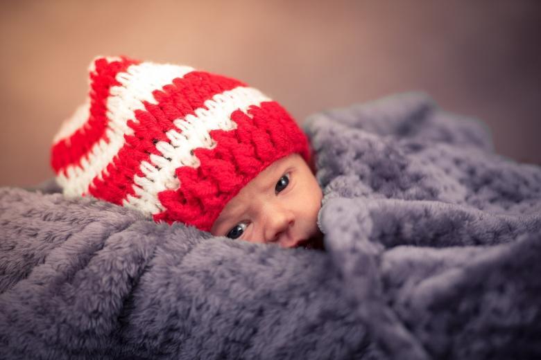 Noworodek w biało-czerwonej czapeczce