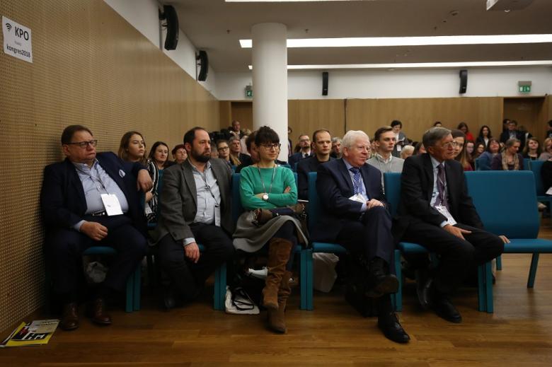 Uczestnicy panelu, zielone krzesla