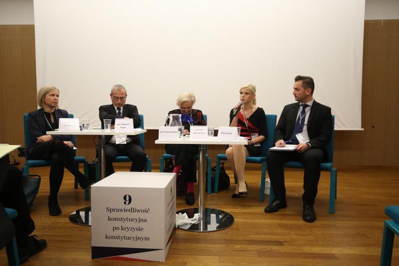 Paneliści i sześcian z tytułem panelu