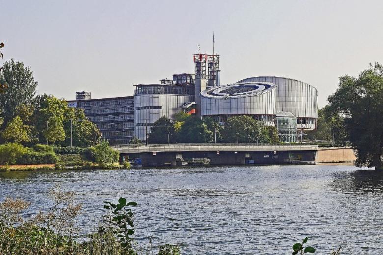 Owalny budynek nad wodą