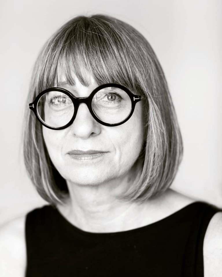 Czarno-białe zdjęcie kobiety w ciemnych okularach