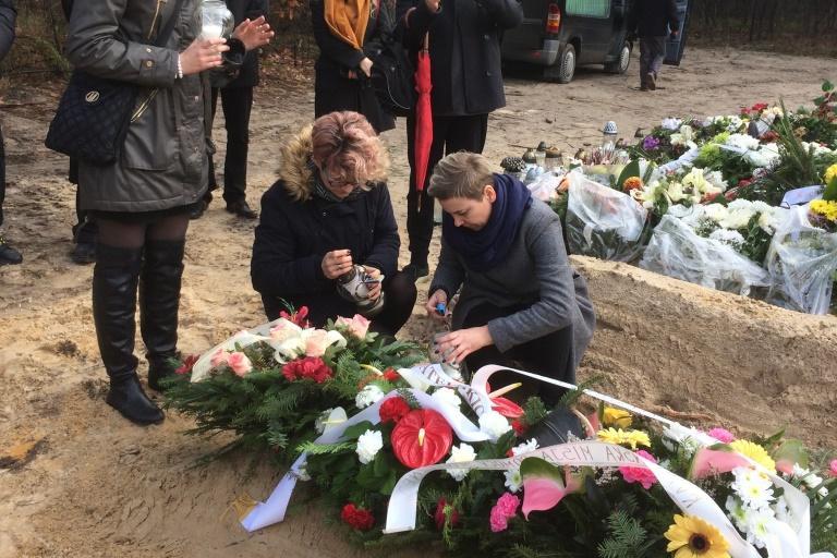 Pogrzeb Ewy Musiał. Na zdjęciu grób i uczestnicy pogrzebu.