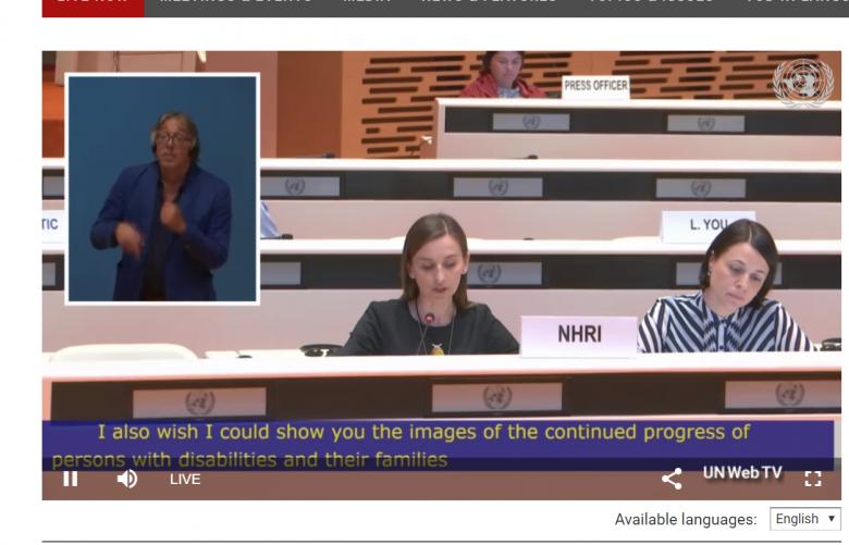 Screen: dwie kobiety na sali obrad ONZ