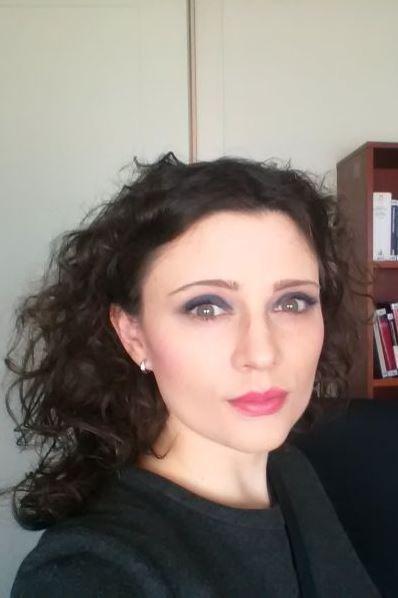 Ciemnowłosa kobieta w ciemnej sukience
