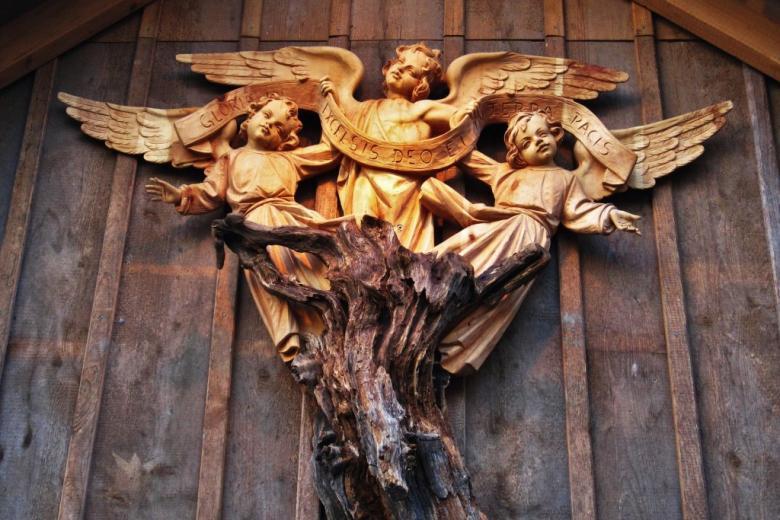 """Figury aniołów z napisem """"Gloria in excelsis Deo"""""""