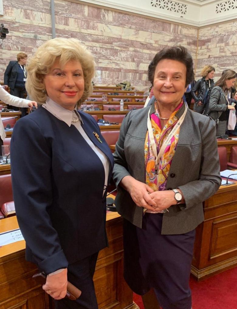 dwie kobiety pozujące do zdjęcia