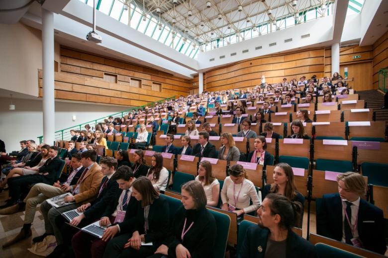 Młodzi ludzie w auli wykładowej