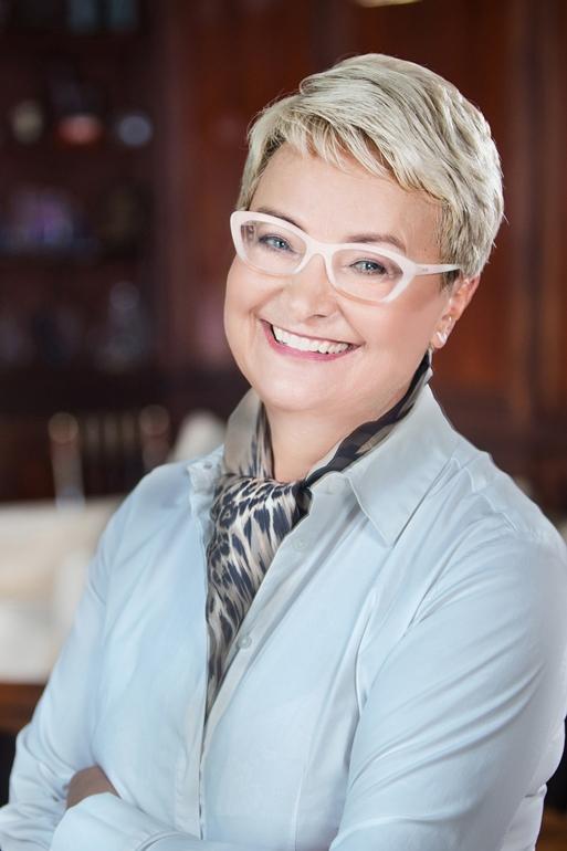 Kobieta w niebieskiej koszuli i białych okularach