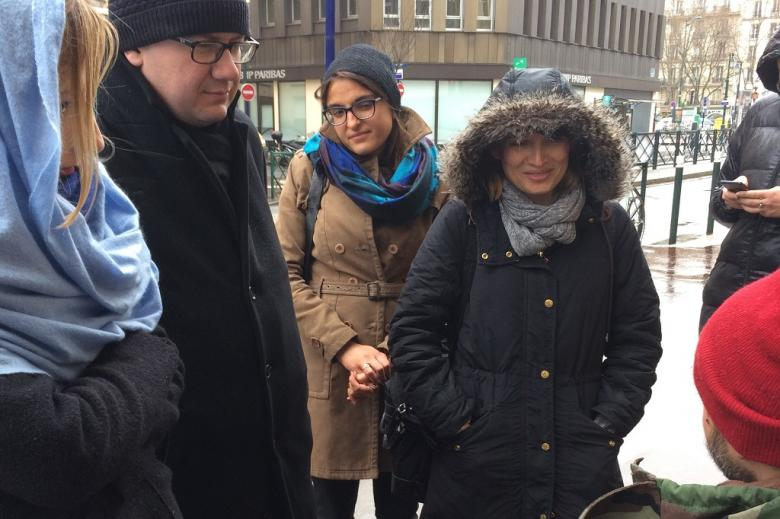 zdjęcie: trzy kobiety i mężczyzna patrzą i słuchają mężczyzny, który siedz po prawej stronie - widać jego głowę, pozostali stoją nad nim