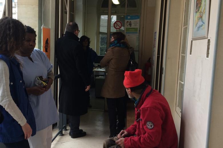zdjęcie: w poczekalni czeka kilka osób, w tle widać mężczyznę i kobietę