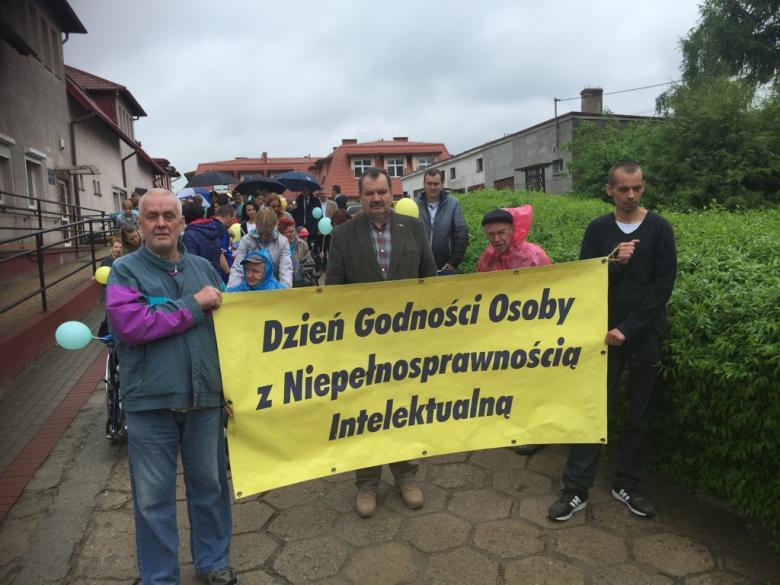 Krzysztof Olkowicz podczas parady z Dnia Godności zorganizowanego przez Zarząd Polskiego Stowarzyszenia na rzecz Osób z Niepełnosprawnością Intelektualną