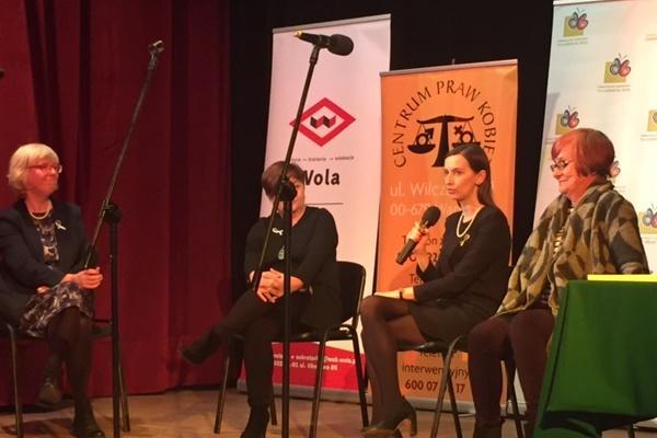 zdjęcie: na scenie siedzą cztery kobiety