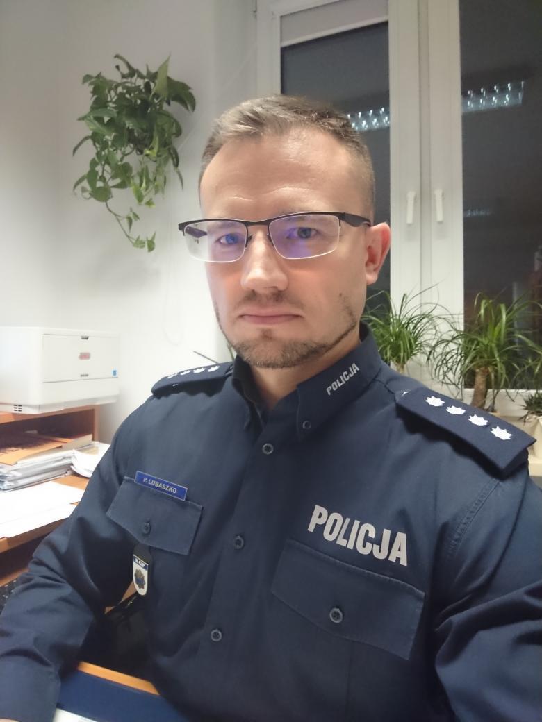 Mężczyzna w mundurze policyjnym i okularach