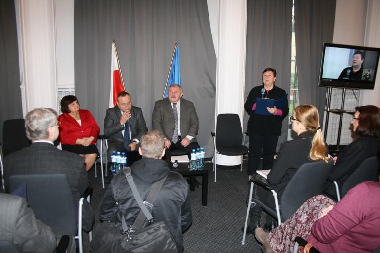 Rozpoczęcie konferencji, przemawia Barbara Imiołczyk - Główny Koordynator ds. Komisji Ekspertów i Rad Społecznych w Biurze RPO