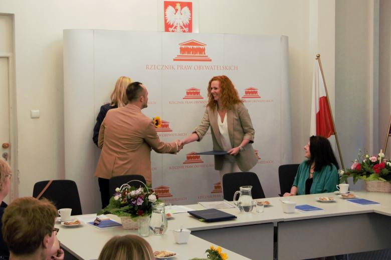 kobieta odbiera dyplom