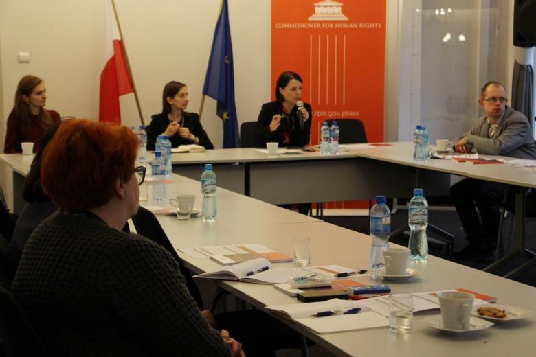 zdjęcie: za stołem prezydialnym siedzą trzy kobiety