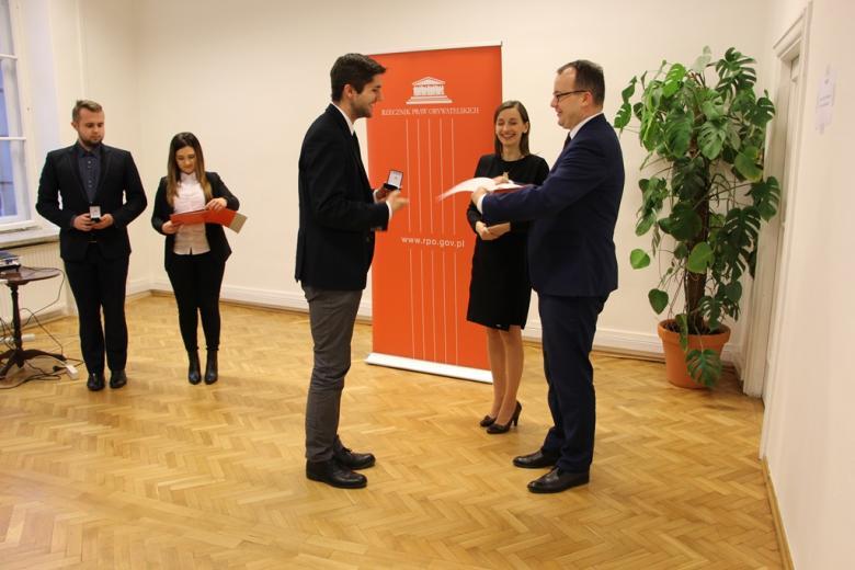 Dr Adam Bodnar i dr Sylwia Spurek wręczają nominacje Ambasadorom RPO