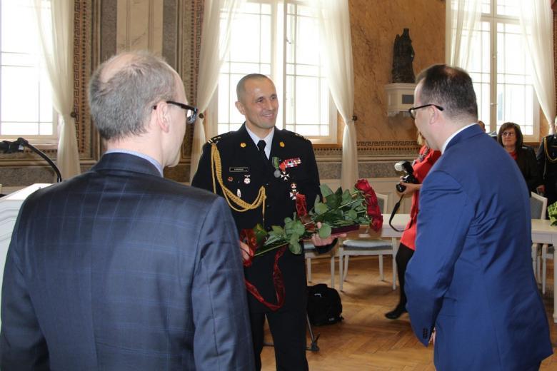 Adam Bodnar i Marek Zubik wręczają odznakę