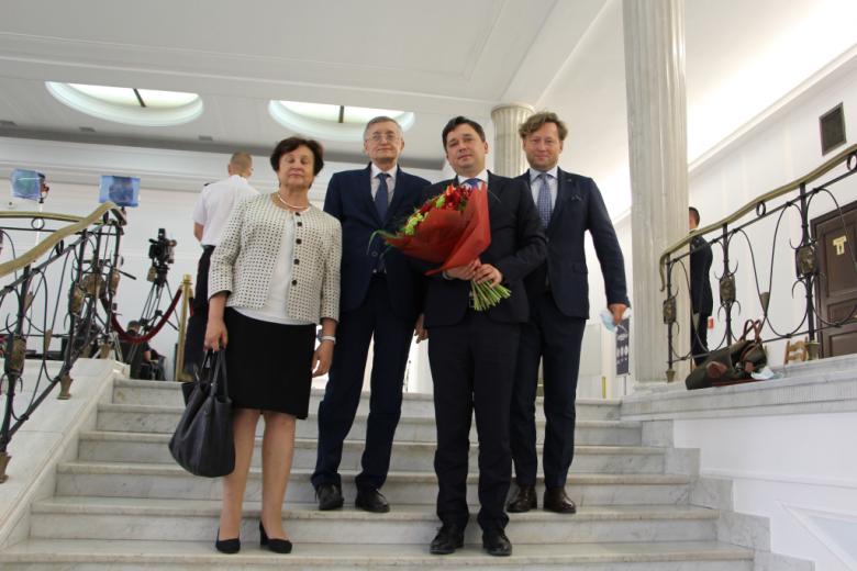 Osoby stoją na schodach w Sejmie
