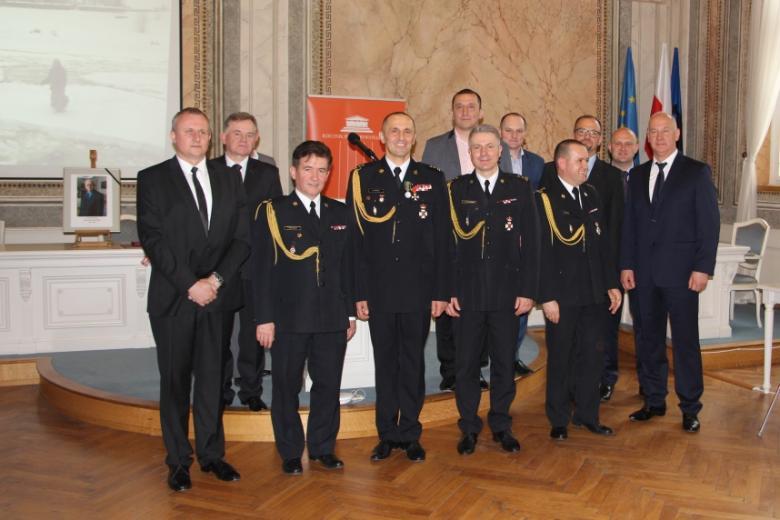 Fotografia grupowa mężczyzn w mundurach strażackich