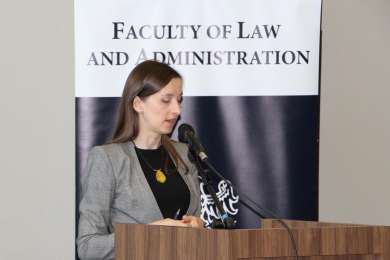 Sylwia Spurek przemawia przy mównicy