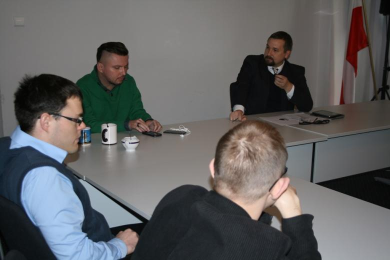 na zdjęciu Bartłomiej Skrzyński, Jarosław Zbieranek i uczestnicy spotkania