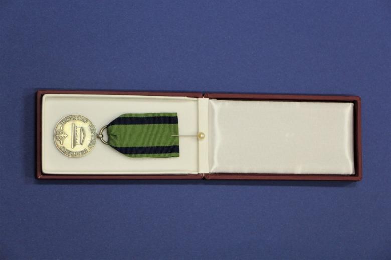 zdjęcie odznaki honorowej, medalu z przywieszką