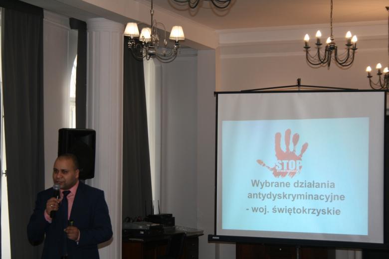 na zdjęciu mł.insp. Gerard Bah, pełnomocnik Komendanta Wojewódzkiego Policji w Kielcach ds. Ochrony Praw Człowieka