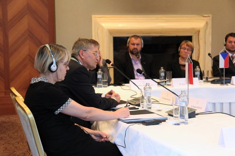 zdjęcie: kilka osób siedzi przy stołach