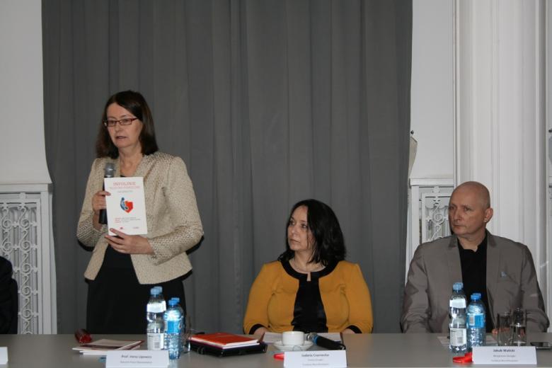 na zdjęciu prof. Irena Lipowicz podczas przemówienia