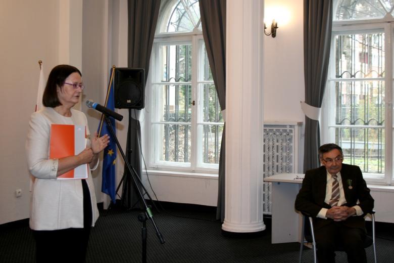 na zdjęciu prof. Irena Lipowicz wygłaszająca laudację na cześć Mariana Turskiego