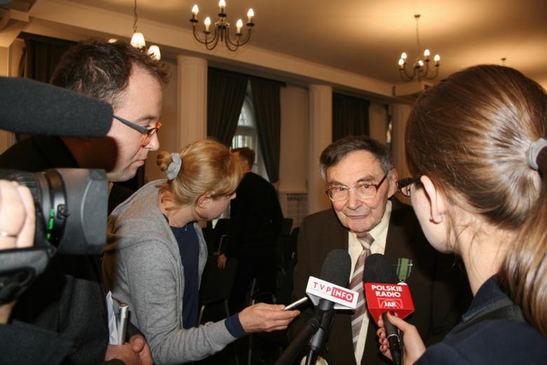 na zdjęciu Marian Turski udzielający wywiadów
